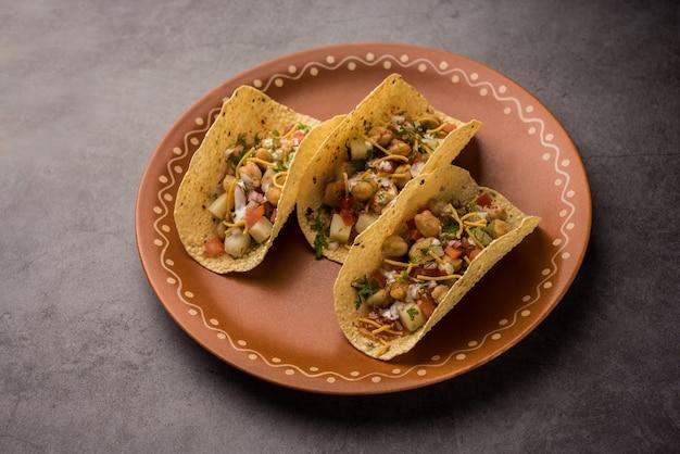 Masalaâ papad tacosâ ist ein indisches vorspeisenrezept im stil mexikanischer taco