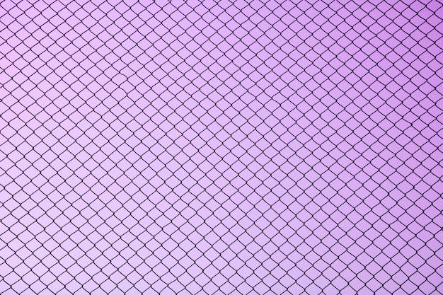 Maschendrahtstahl auf purpurrotem hintergrund - schattenbild
