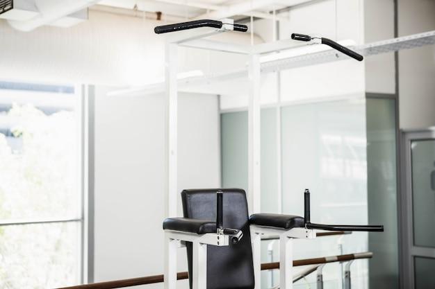 Maschine für klimmzüge im fitnessstudio