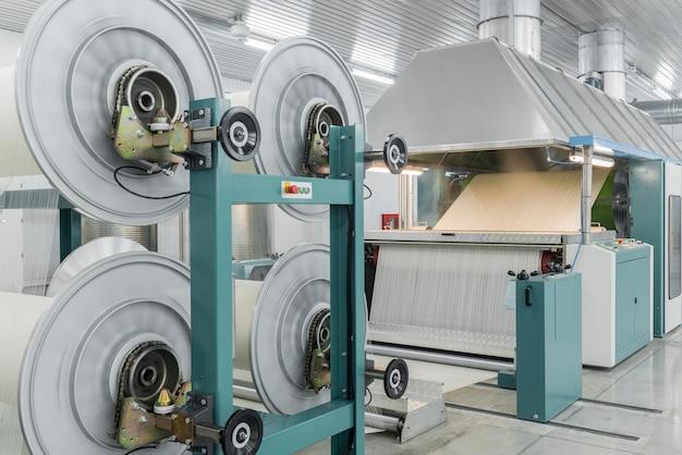 Maschine verdampft textilgarn. maschinen und geräte in einer textilfabrik