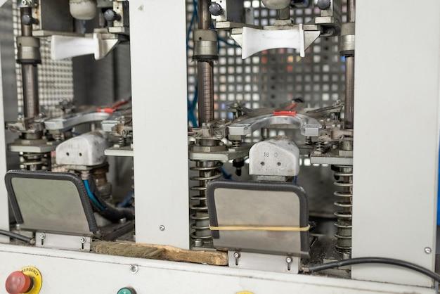 Maschine zum formen des vorderteils. schuhherstellung. für jeden zweck.