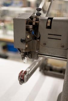 Maschine zum glätten von teilen und klebeband. schuhherstellung. für jeden zweck.