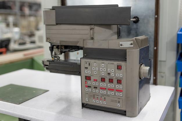 Maschine zum gleichzeitigen biegen und kleben. schuhherstellung. für jeden zweck.