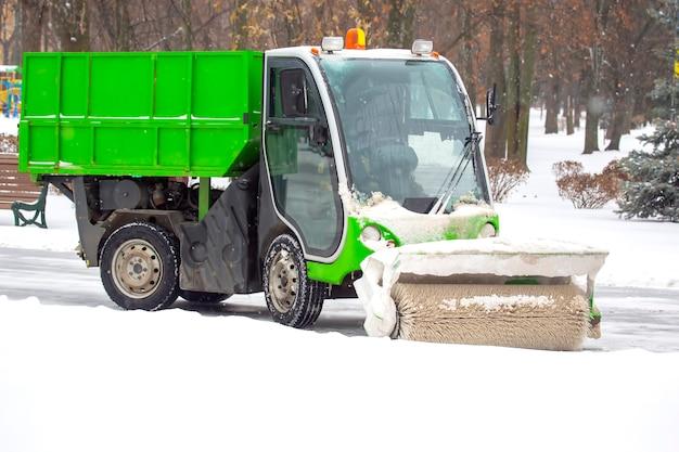 Maschine zum reinigen von schnee auf einer stadtstraße reinigt die straße