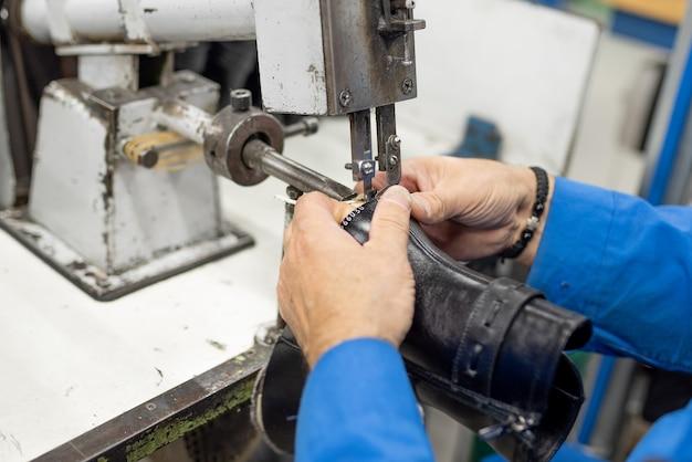 Maschine zum trimmen von überschüssigem, anhaftendem futter. schuhproduktion. für jeden zweck.