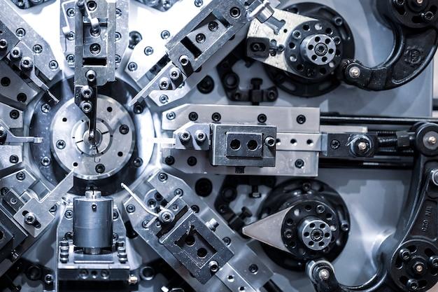Maschine zur herstellung von federn. internationale ausstellung für metallbearbeitung.