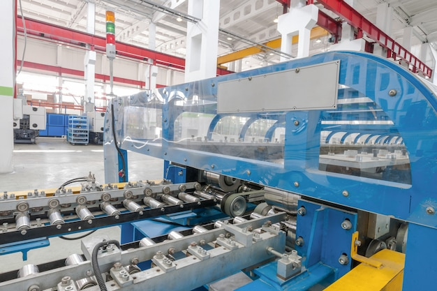 Maschine zur herstellung von metallteilen für kühlschränke. kunststoffmaschinen