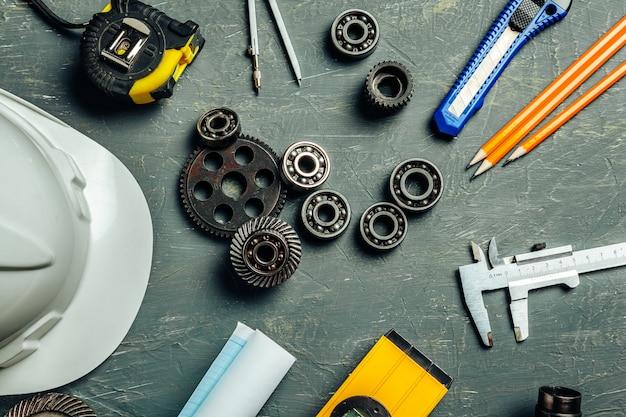 Maschinenbauingenieurwerkzeugsatz auf dunklem hölzernem