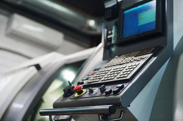 Maschinensteuerpult cnc. fräsmaschine für die metallbearbeitung. schneiden von metall moderne verarbeitung