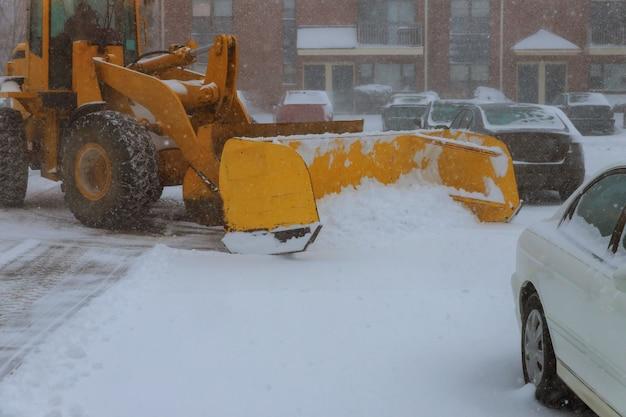 Maschinerie mit schneepflugreinigungsstraße durch entfernen des schnees von intercity