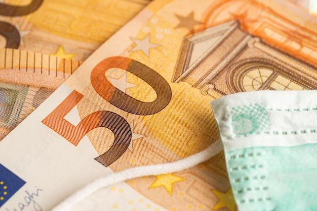 Maske auf vielen 50 euro banknoten