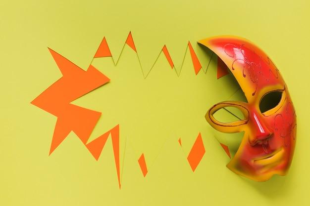 Maske für karneval mit papierausschnitt