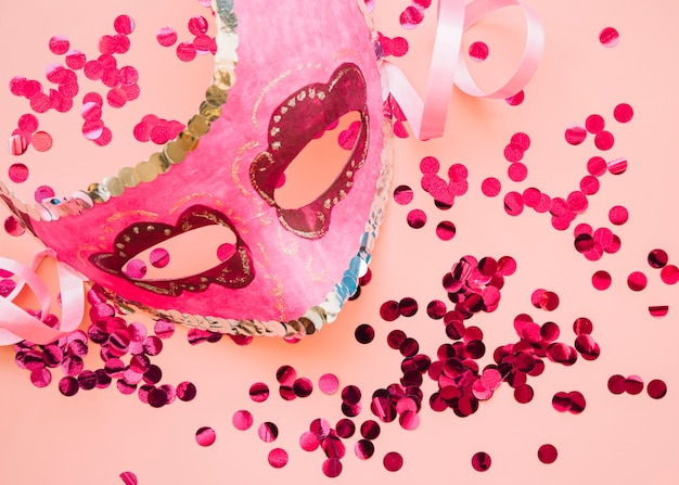 Maske in der nähe von rose glitzert