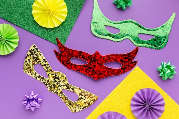 Masken und papierdekorationen