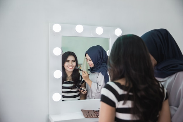 Maskenbildner, der make-up aufträgt