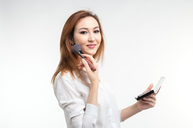 Maskenbildner schönheit und kosmetik konzept koreanische weibliche maskenbildnerin mit make-up pinsel und auge