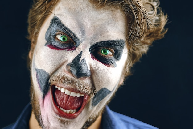 Maskierter mann des todes an halloween