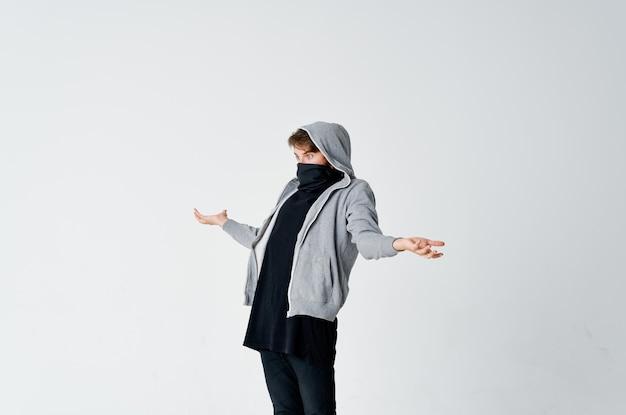 Maskierter mann mit kapuze, der sein gesicht versteckt, um die anonymität der emotionen zu stehlen