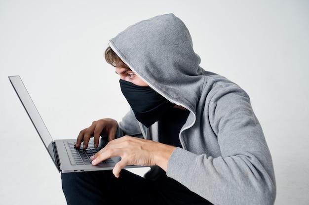Maskierter mann stealth-technik raub sicherheit hooligan lifestyle