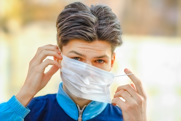 Maskierter mann vor coronavirus und luft. schutz gegen pm 2.5-luft, die in europa und asien durch das thea-virus verschmutzt ist
