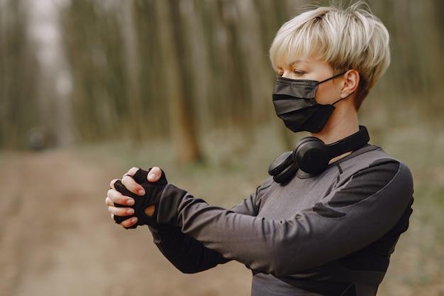 Maskiertes frauentraining während des coronavirus