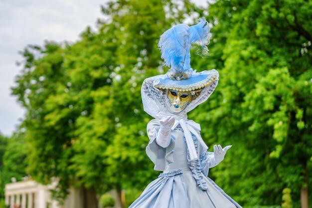 Masquerade ball, eine frau in einem schönen kleid und venezianische maske