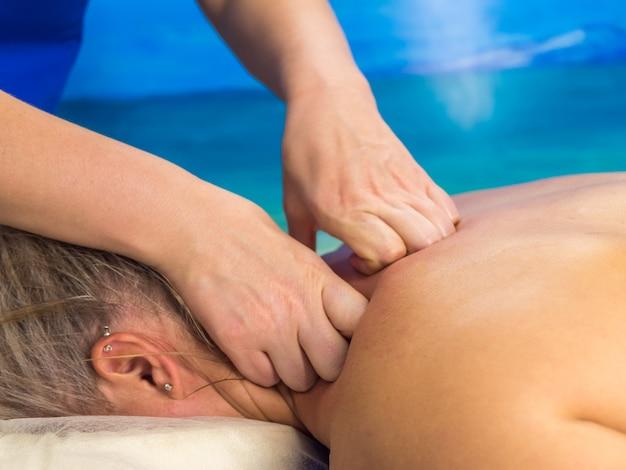 Massage in der klinik frau, die sich erholt, nahaufnahme