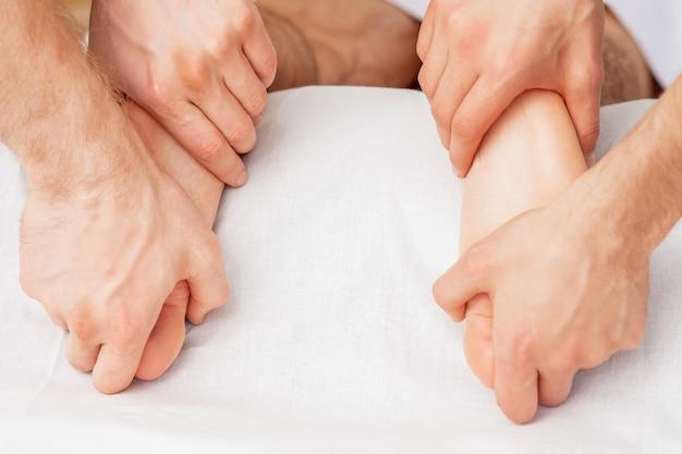 Massage von weichen nackten füßen