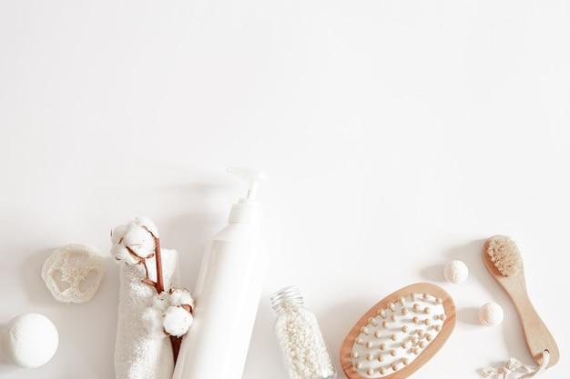 Massagebürste, badebomben und baumwollzweig flach liegen. gesundheits- und hygienekonzept.