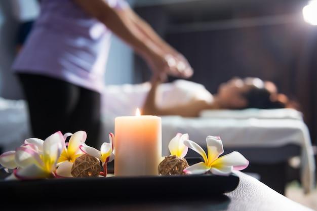 Massagedekoration mit thai-massage mit unschärfe