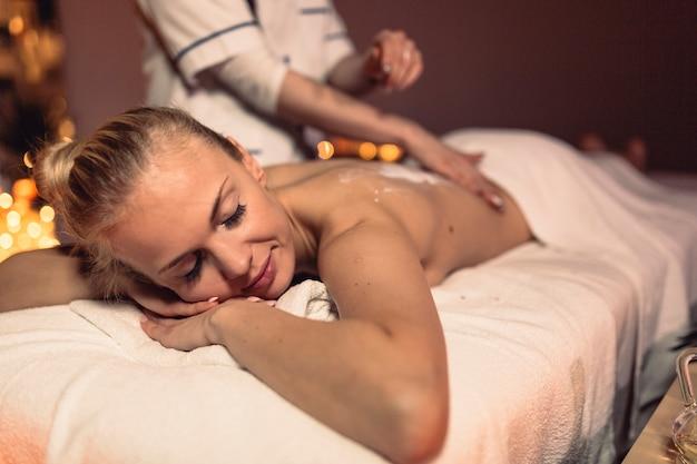 Massagekonzept mit der frau, die sich entspannt