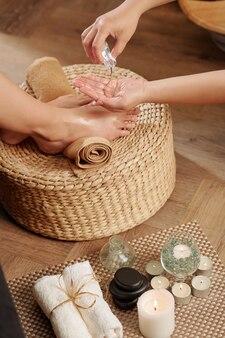 Massageöl der füße auftragen