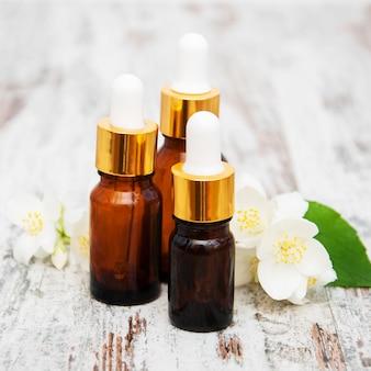 Massageöle und jasminblüten