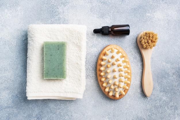Massagepinsel, kosmetische öle und seife