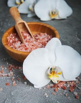 Massagesalz und weiße orchideen