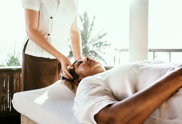 Massagetherapeut, der an einem badekurort massiert