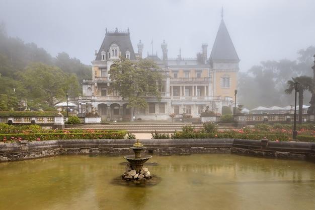 Massandra crimea der kaiserliche massandra-palast im nebel