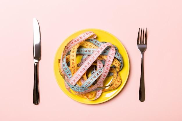 Maßbänder auf teller in form von spaghetti