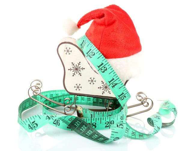 Maßband mit weihnachtsdekoration isoliert auf weiß
