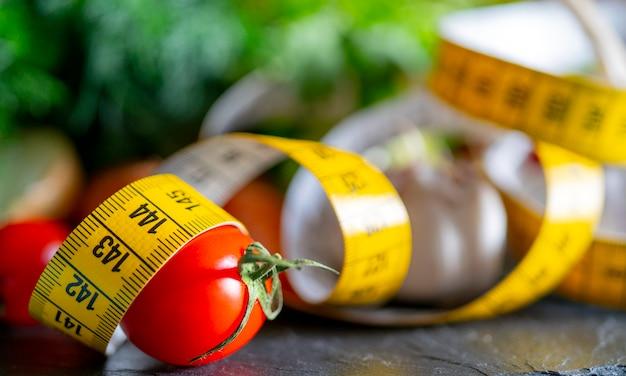 Maßband zum messen des umfangs. gemüse zum diätkochen.