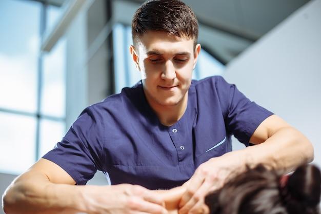 Masseur, der massage auf frauenkörper im badekurortsalon tut.