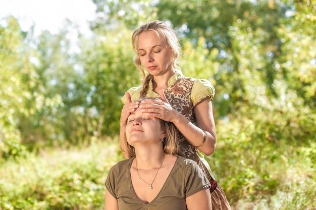 Masseurin bietet eine gründliche massage