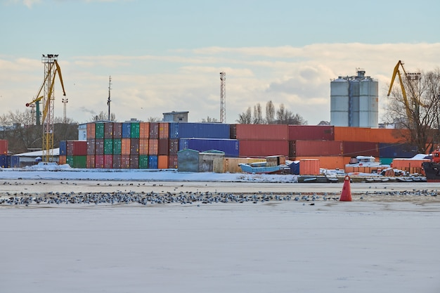 Massive hafenkräne im seehafen. schwerlast-hafenkrane im hafen, im frachtcontainerhof und im containerschiffsterminal. wirtschaft und handel, logistik
