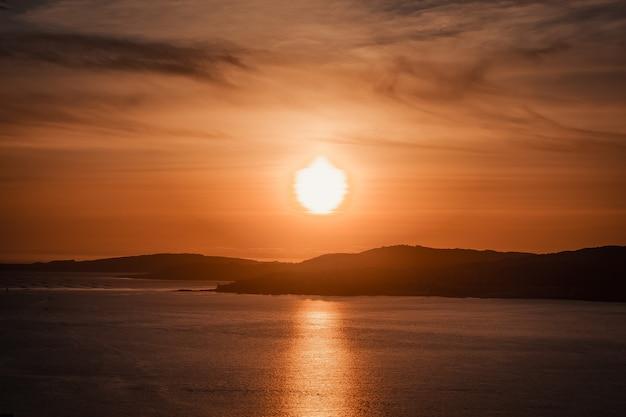 Massiver sonnenuntergang über der küste