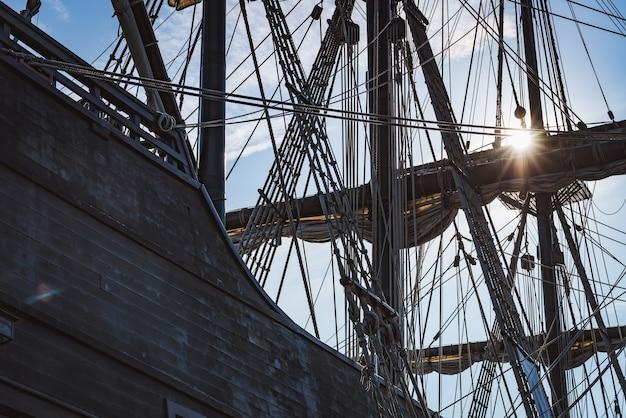Mast und gefaltete segel einer alten spanischen galeone