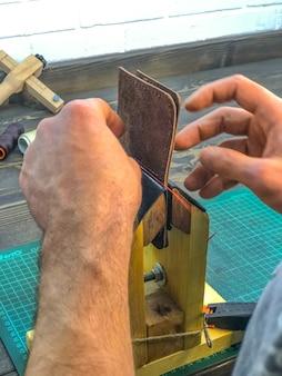 Master-lederprodukte produzieren arbeit von der haut