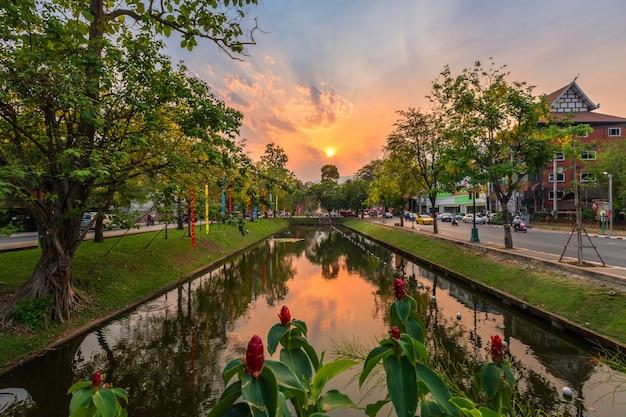 Matahari-terbenam in der alten stadt die meiste zeit des abends in chiang mai