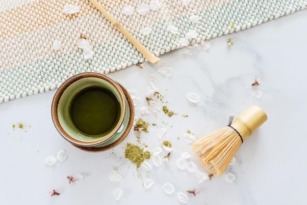 Matcha des grünen tees in einer schüssel auf tabelle