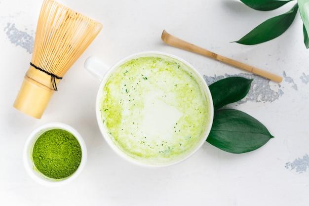 Matcha grüner tee latte in einer schale