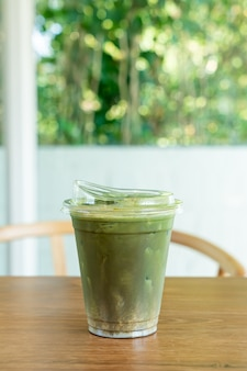 Matcha grüner tee und hojicha in der tasse zum mitnehmen
